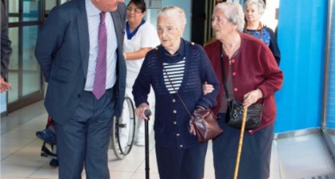 De Foxá felicita a una centenaria en la residencia de mayores Valle de la Oliva