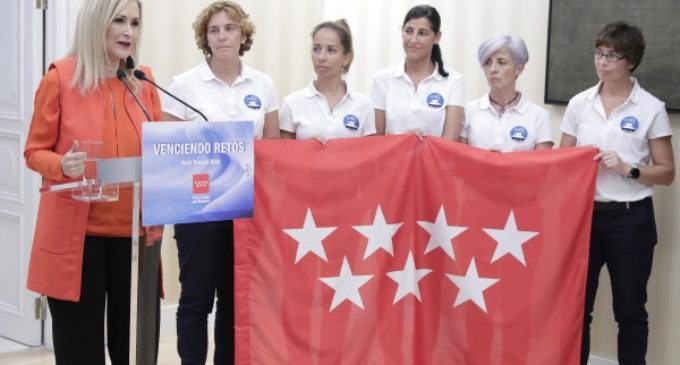 """Cifuentes recibe a las cinco mujeres que participan este año en el """"Reto Pelayo Vida"""""""