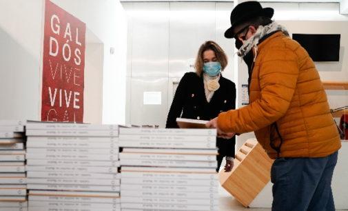 Rivera de la Cruz clausura el Año Galdós repartiendo ejemplares de «Galdós, un escritor en Madrid»