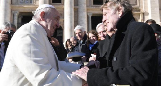 Robert Redford saluda al Papa Francisco