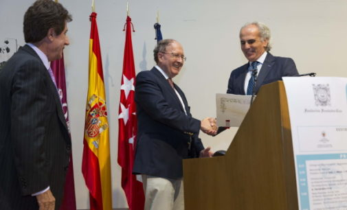 Ruiz Escudero, en la entrega del premio Fernández-Cruz al biólogo británico Gregory Winter