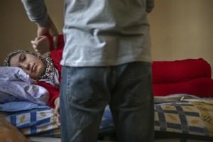 Ruta Siria. Herida. El fisio es una de las personas a las que Bushra más se alegra de ver.  ANNA SURINYACH