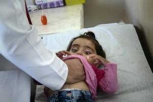 Ruta Siria. Huida.Niños sirios con heridas, problemas respiratorios, otras enfermedades… La clínica de MSF en Kilis da atención pediátrica. ANNA SURINYACH 1