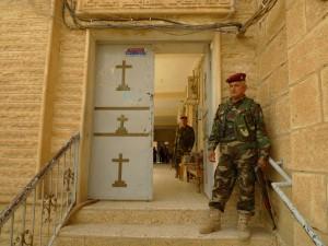 Sako 5.Militar protege entrada de una iglesia en Alqosh