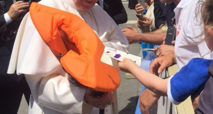Francisco recibe el salvavidas de una niña siria que murió en el mar
