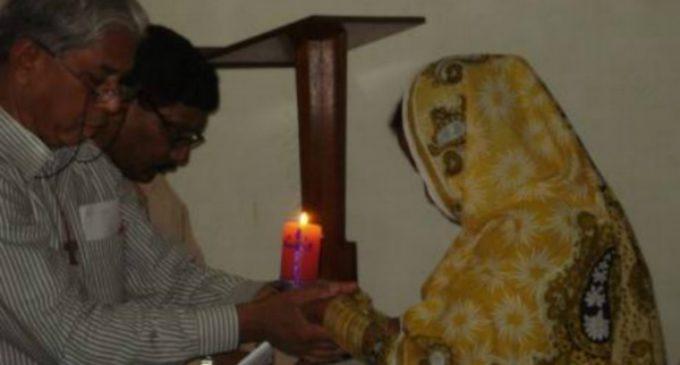 Se convierte del islam al cristianismo en Pakistán y tiene que huir junto a toda su familia