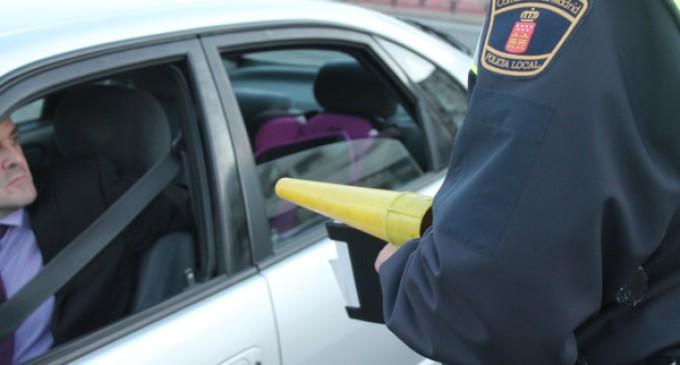 La Policía Local vela por la seguridad de adultos y niños en los vehículos