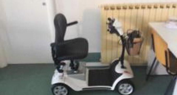 El limosnero pontificio ha entregado de parte del Santo Padre una silla de ruedas eléctrica a un matrimonio con discapacidad