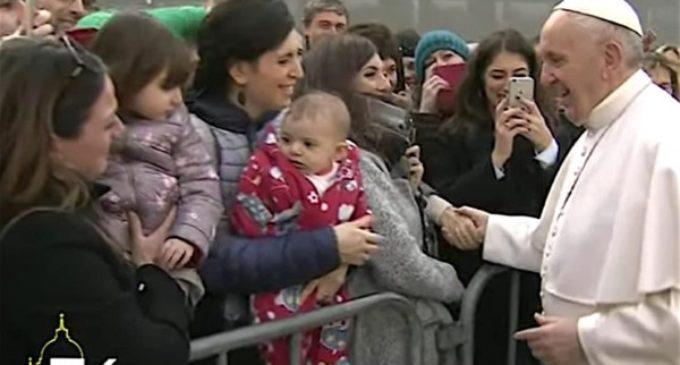 El Papa llega a universidad 'Roma Tre' y es recibido con aplausos, 'selfies' y coros