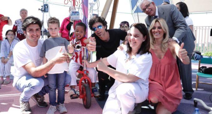 La Comunidad presenta un triciclo con portasueros para los niños que por motivos de salud ingresan en hospitales
