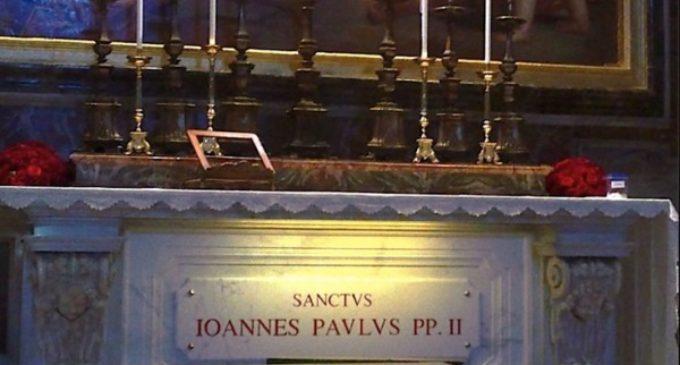 Francisco reza en la tumba de Juan Pablo II antes de su viaje a Polonia
