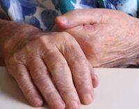La Comunidad de Madrid ultima un nuevo acuerdo marco con 58 millones de euros más para mejorar la atención a los mayores en las residencias