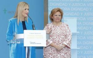 CIFUENTES RECIBE UNO DE LOS GALARDONES DE LA V EDICIÓN DEL PREMIO 'VERDAD, MEMORIA, DIGNIDAD Y JUSTICIA', DE LA ASOCIACIÓN VÍCTIMAS DEL TERRORISMO La presidenta de la Comunidad de Madrid, Cristina Cifuentes, recibe el Premio Mención Especial en el marco de la V Edición del premio 'Verdad, Memoria, Dignidad y Justicia', de la Asociación Víctimas del Terrorismo. Foto: D.Sinova / Comunidad de Madrid