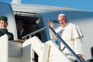 viaje-del-papa-a-suecia-salida-en-el-avion-osservatore-romano