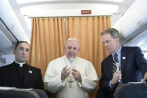 viaje-del-papa-a-suecia-salida-en-el-avion-con-los-periodistas-osservatore-romano