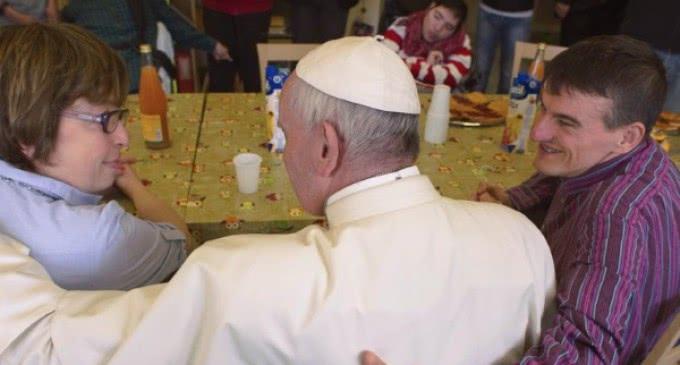 Viernes de la misericordia: Francisco visita a personas con discapacidad mental