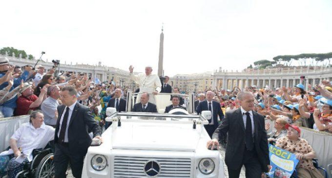 """El Papa: """"Cuando damos al necesitado se hace presente la misericordia de Dios"""""""