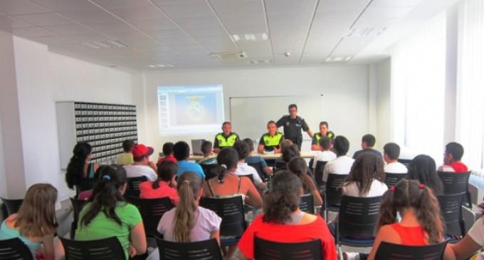 Los agentes tutores acercan a los escolares consejos sobre seguridad vial y buen uso de internet