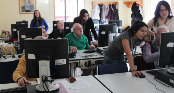 Alumnos del IES José Saramago imparten talleres de tecnología digital y redes sociales a personas mayores