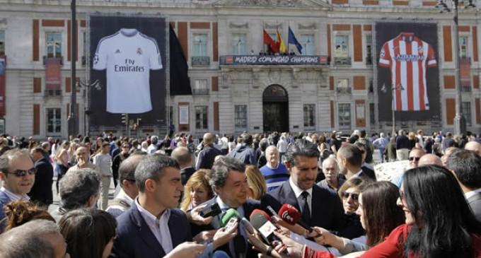 Dos camisetas gigantes del Real Madrid y el Atlético en la Puerta del Sol