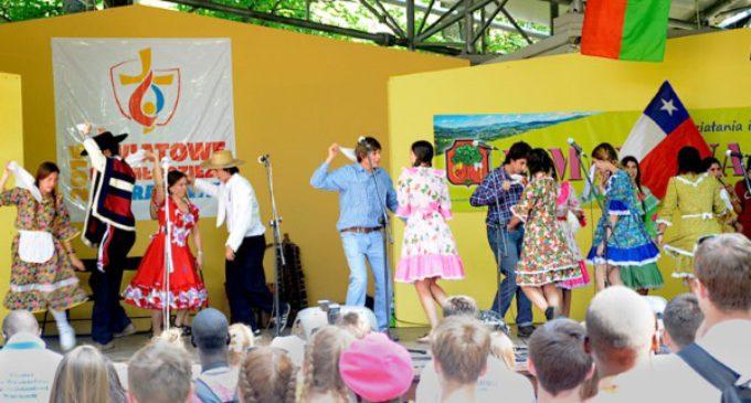 JMJ en Polonia: jóvenes chilenos abren un evento con el baile de la cueca