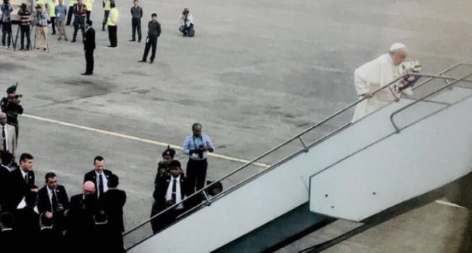 """El Papa deja Bangladesh deseando """"armonía y prosperidad"""""""