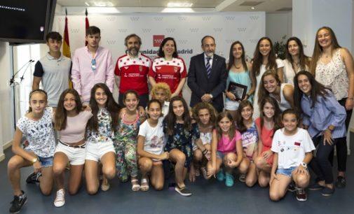 La Comunidad homenajea a las selecciones inferiores madrileñas de fútbol campeonas de España