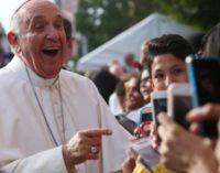 """""""Dios es joven"""": El Papa deplora la estética artificial"""
