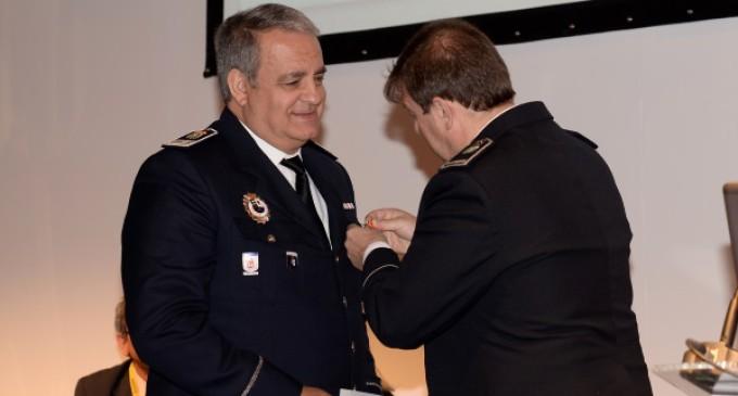 El Suboficial Jefe del Cuerpo de Policía Local de Majadahonda recibe una medalla al mérito policial