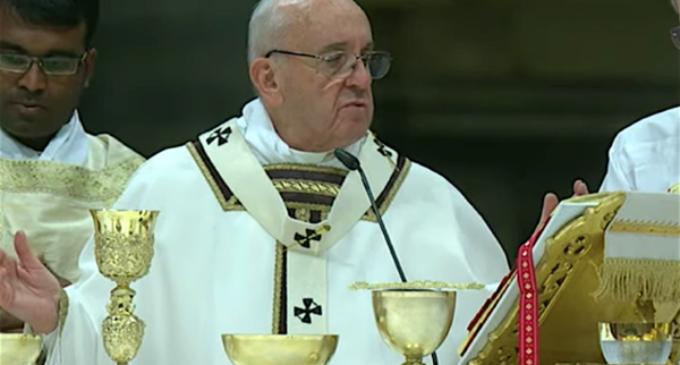 El Papa en la misa de Nochebuena: 'Dejémonos interpelar por el Niño Jesús y por los niños excluidos'