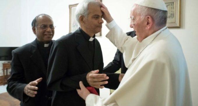 El papa Francisco recibe al padre Tom, el misionero salesiano liberado