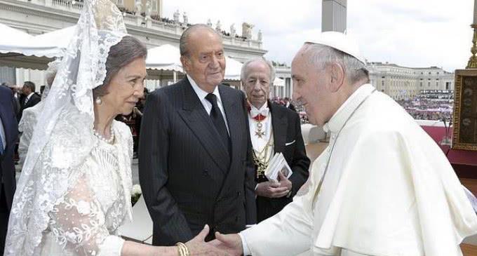 El Papa recibe a los Reyes de España durante casi una hora