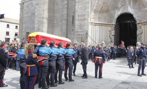 """""""La concordia fue posible"""" es el epitafio en la tumba de Adolfo Suárez en la catedral de Avila"""