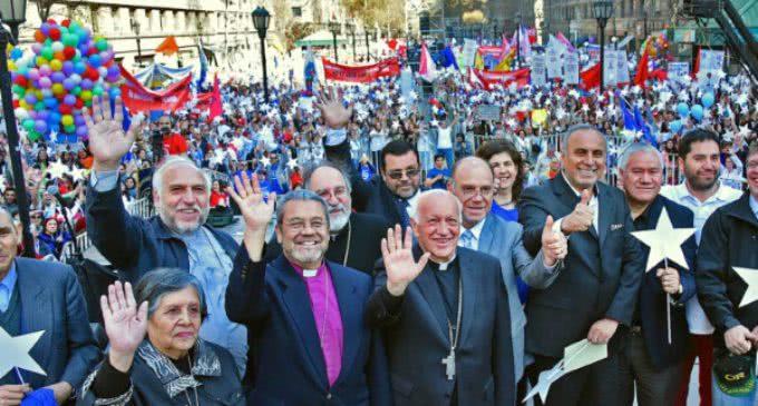 """Chile: entregan al gobierno 600 mil firmas pidiendo """"apoyo a la vida"""""""